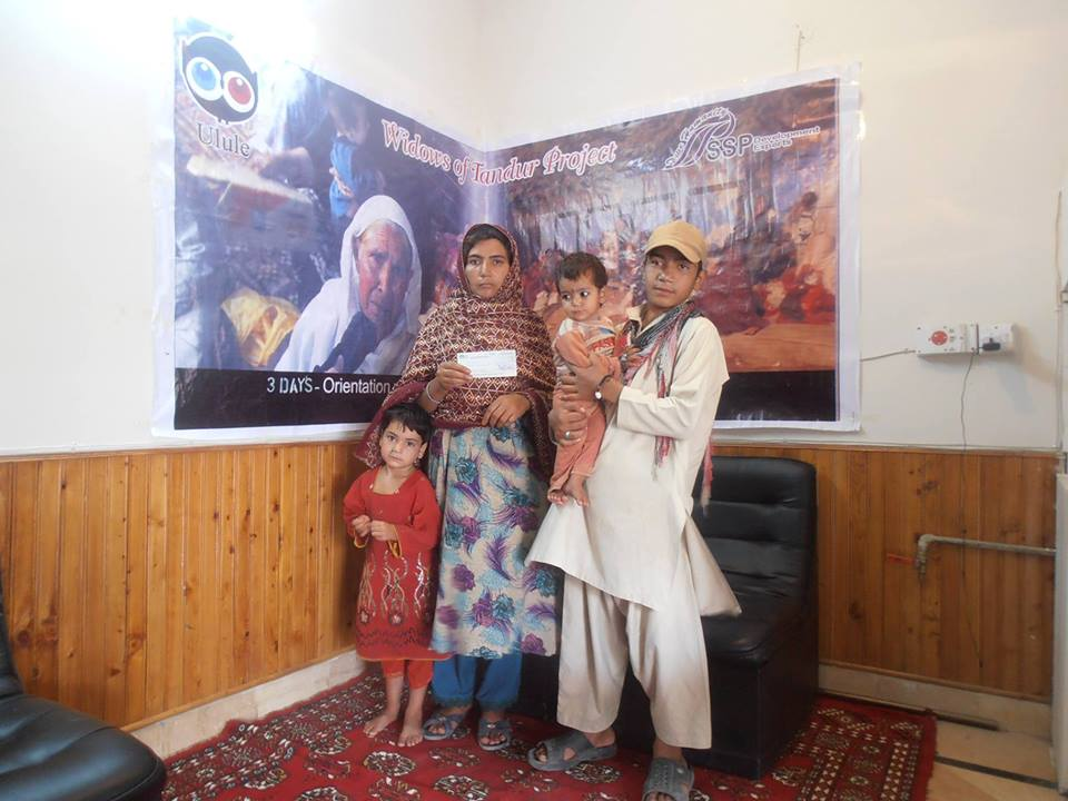 aman-gul-balus-mother-along-with-her-kids-she-has-8-kids-afghan-citizen-visited-this-morning-ssp-office